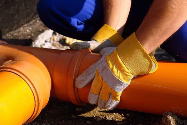Монтаж труб для наружной канализации