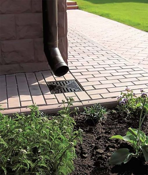 Дождеприемник и трубы ливневой канализации