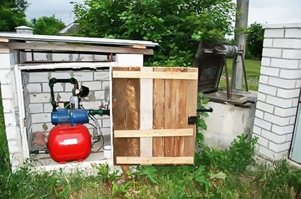 Автоматическая станция водоснабжения частного дома в шкафу управления