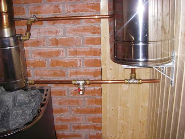 Бак для воды в баню: критерии выбора