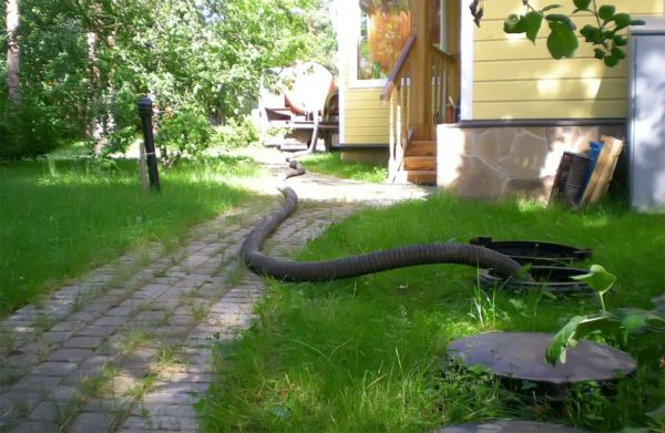 Откачка канализации рядом с частным домом
