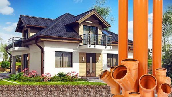 Трубы наружной канализации на фоне дома
