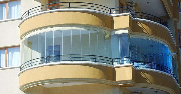 балкон с безрамным остекленением