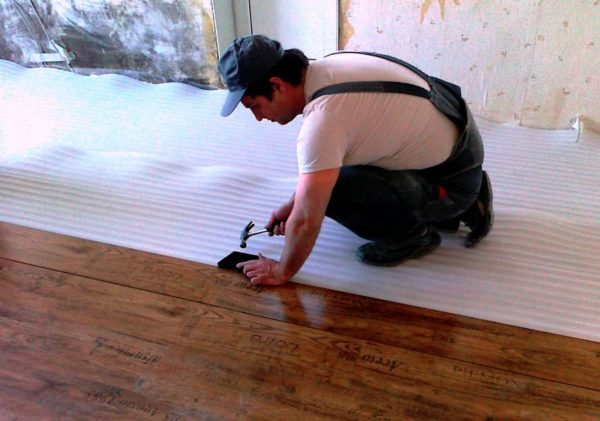 Как класть ламинат на бетонный пол